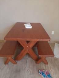 Vendo mesa de madeira com dois bancos