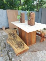 Mesa de peroba com dois bancos. Tampo em mármore Marta Rocha.