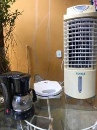 Kit com sanduicheira, cafeteira e ventilador