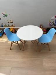 Mesa infantil Charles Eames com 2 cadeiras infantis Charles Eames