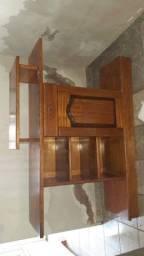 Estante de madeira maciça usada e conservada