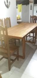 Mesa com 06 cadeiras de madeira maciça