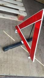 Triângulo de sinalização automotivo.