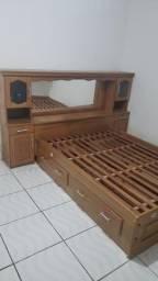 Cama com criado mudo  e gavetas
