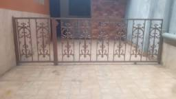 Grade com portão (guarda-corpo com florões de ferro fundido)