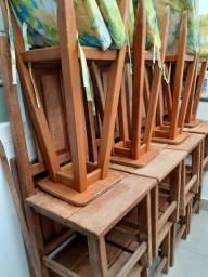 Cadeiras de madeira e banquetas