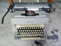 Máquina de escrever antiga olivette 98 funcionando perfeitamente