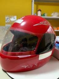 2 capacetes e capa de chuva de brinde