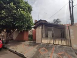 Casa à venda com ótimo quintal no Jardim Paraná