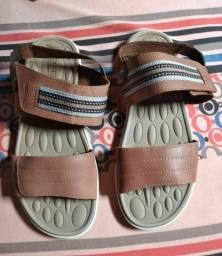 Sandália masculina tamanho 42 semi-nova ela é de couro