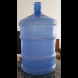 cesto de roupas e galão de água vazio