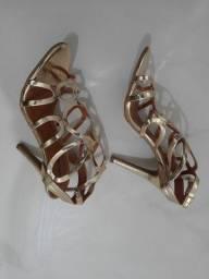 Sandália de salto alto fino