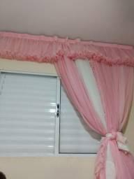 Cortina rosa e branca com laços
