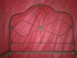 Cama de solteiro, antiga em ferro fundido