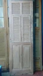 Porta antiga de madeira de lei dos anos 30 com venezianas e vidros