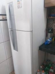 Vendo geladeira Electrolux pra sair logo, motivo mudança