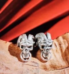 Brinco estilo gótico crânio com chifres
