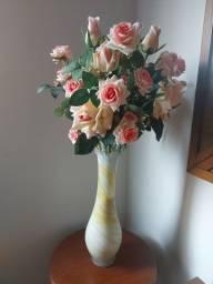 Vaso de vidro jateado com arranjo de rosas (perfeitas)