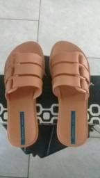 Vendo duas sandálias uma Ipanema e uma Melissa