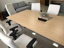 Mesa e cadeiras para sala de reunião