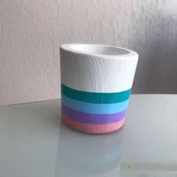Vasinho de cimento com pintura em listras com as cores do momento ?