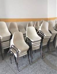 Título do anúncio: Lote com 80 cadeiras, empilhável , plástica, cor  bege , pés de ferro . Usadas