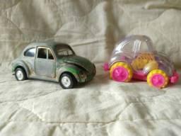 Dois fuscas antigos de brinquedo
