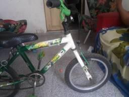 Bicicleta infantil bem conservada