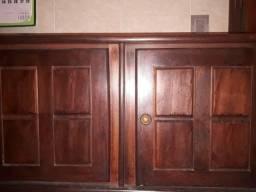 Armário de madeira maciça.