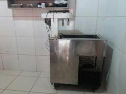 Uma máquina de sorvete e picolé e forma