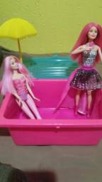 Bonecas barbie e piscina