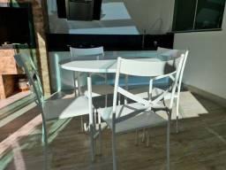 Conjunto de mesa com as 4 cadeiras