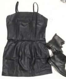 Vestido curto em couro sintético.
