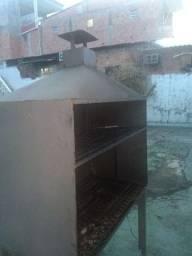 Churrasqueira totalmente de ferro com a chapa resistente na parte que põe o carvão
