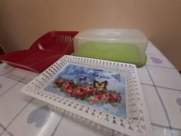 Escorredor de pratos vermelho, bandeija texturizada e porta bolo com tampa