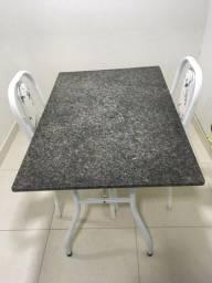 Mesa de Granito e duas cadeiras