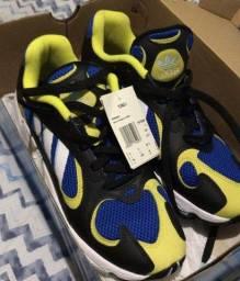 tênis Adidas Yung-1   preto/amarelo e azul