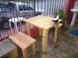 Conjunto de 2 bancos e 1 mesa em madeira de reflorestamento