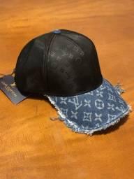 Boné e camiseta Louis Vuitton