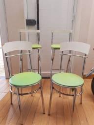 EM CAETITÉ - BA / Cadeiras em aço e madeira nas cores verde e branca.
