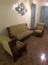 Vede-se sofá e 2 poltronas antiga