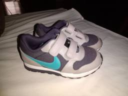 Tênis Nike e sandália infantil