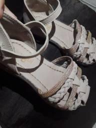 Vendo sandália infantil tamanho 24