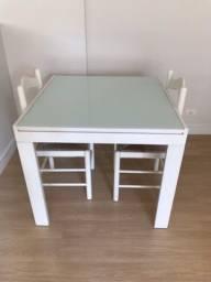 Mesa de jantar com duas cadeiras