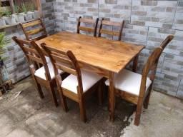 Mesa com 6 cadeiras com estofado branco perola no acento Ana Paula com verniz imbuia
