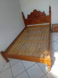 Cama de casal em madeira maciça