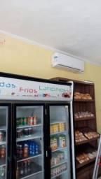 Dois aparelhos de ar condicionado um de 24 mil btus e outro de 22 mil btus.