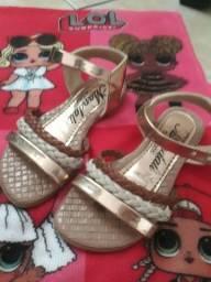 Sandálias e roupas usada para crianças