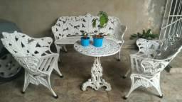 Conjunto de cadeira e mesa de ferro
