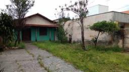 Casa 4 quartos, 2 banheiros, térrea, 6 vagas, quintal e jardins